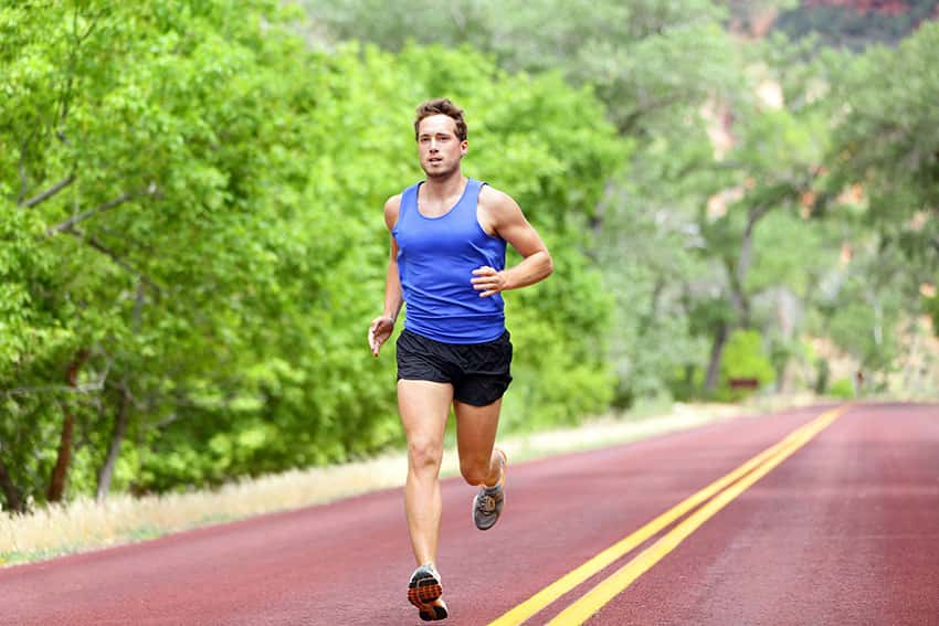Мужчина на пробежке a-man-doing-cardio-session
