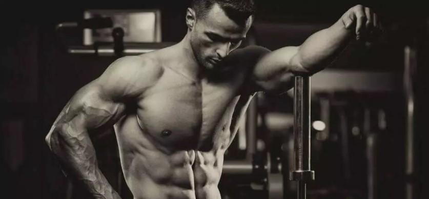 Мужчина с рельефными мышцами
